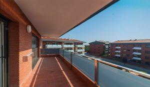 Amplios balcones con acceso desde salón comedor y cocina