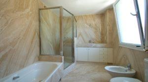 Aseo principal con los mejores acabados, ducha y bañera