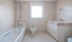 Aseos bien equipados con ducha y bañera