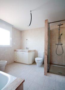 Aseos principales con ducha y bañera