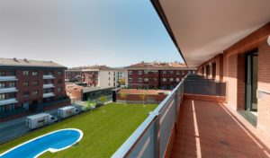 Balcones con vistas a piscina comunitaria