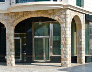 Edifico, detalle arcos de pidara tallada a mano y marmol